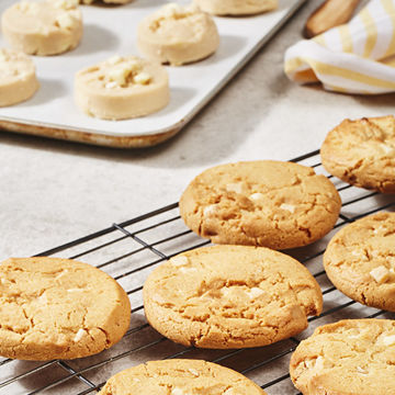 Picture of White Chocolate Chunk Cookie Pucks (90)